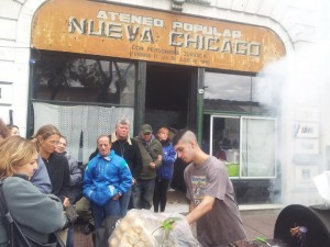 Buying a sausage, note the name Nueva Chicago, the nickname for the Mataderos neighborhood